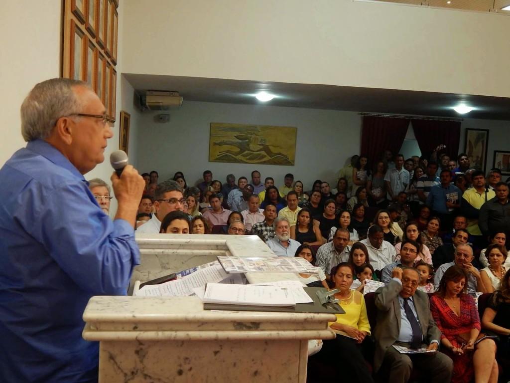 Gastão discursa para uma seleta plateia na Academia Maranhense de Letras