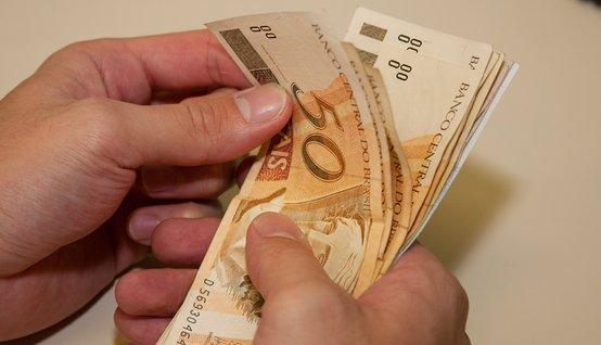 dinheiro-na-mao-pagamento
