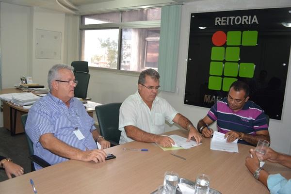 Reitor em exercício do IFMA, Carlos César Teixeira, assina ordem de serviço para construção do campus