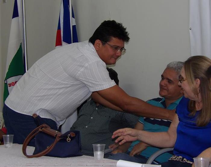 Claudio Furtado cumprimenta Américo sendo observado por Márcia Bacelar