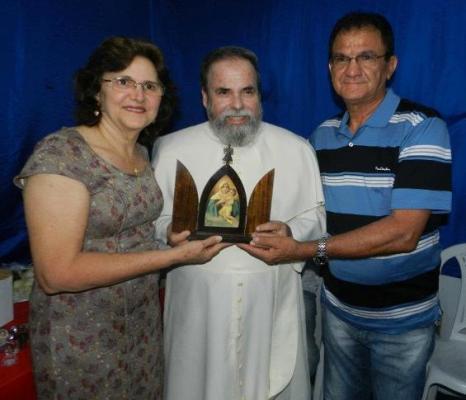 Com dona Marilde ciceroneando o Padre Antonio Maria durante visita a Coelho Neto