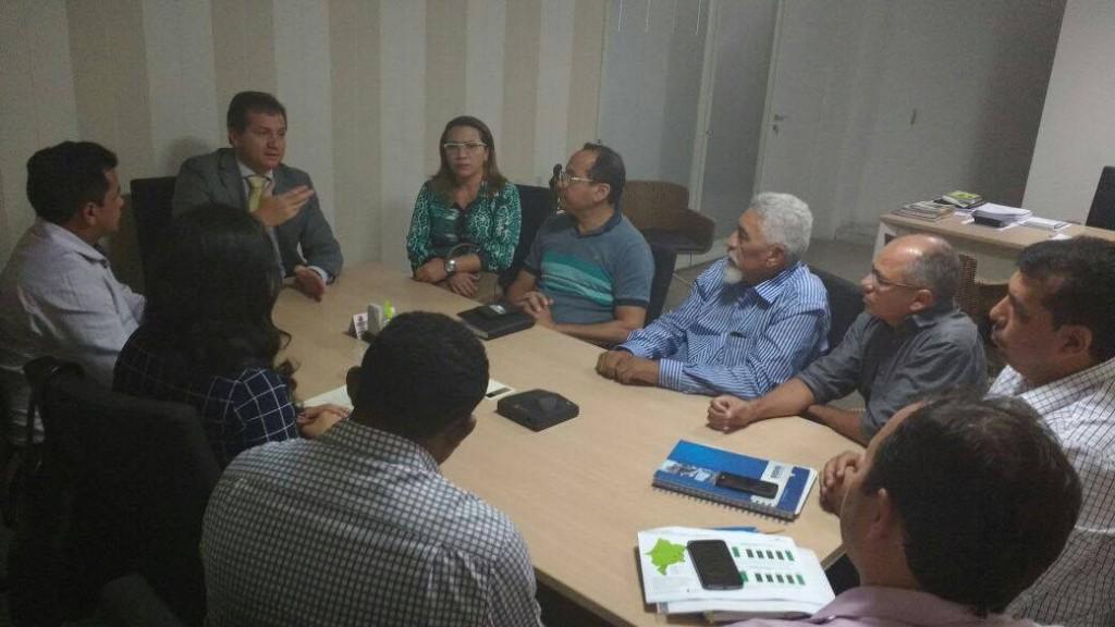 Vereadores e representantes do Grupo João Santos em conversa com o Secretário de indústria e Comércio do Estado Simplício Araújo
