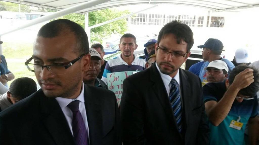 Os advogados Marcondes Magalhães e Marcos Tourinho em conversa com os trabalhadores