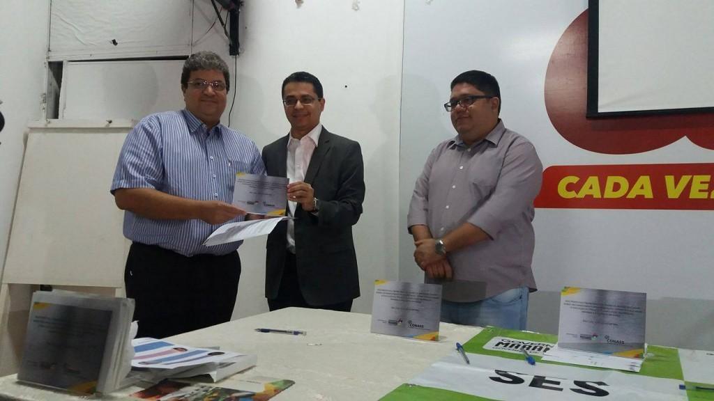 Jales Freitas recebendo a homenagem do Secretário de Saúde do Estado Carlos Lula