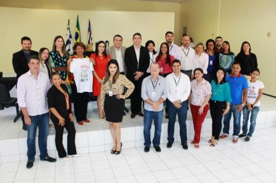 A corregedora Anildes Cruz ganhou da juíza Raquel de Menezes, uma camisa do projeto Cartilha da Justiça